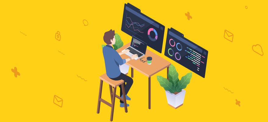 programador com seus computador de dois monitores programando